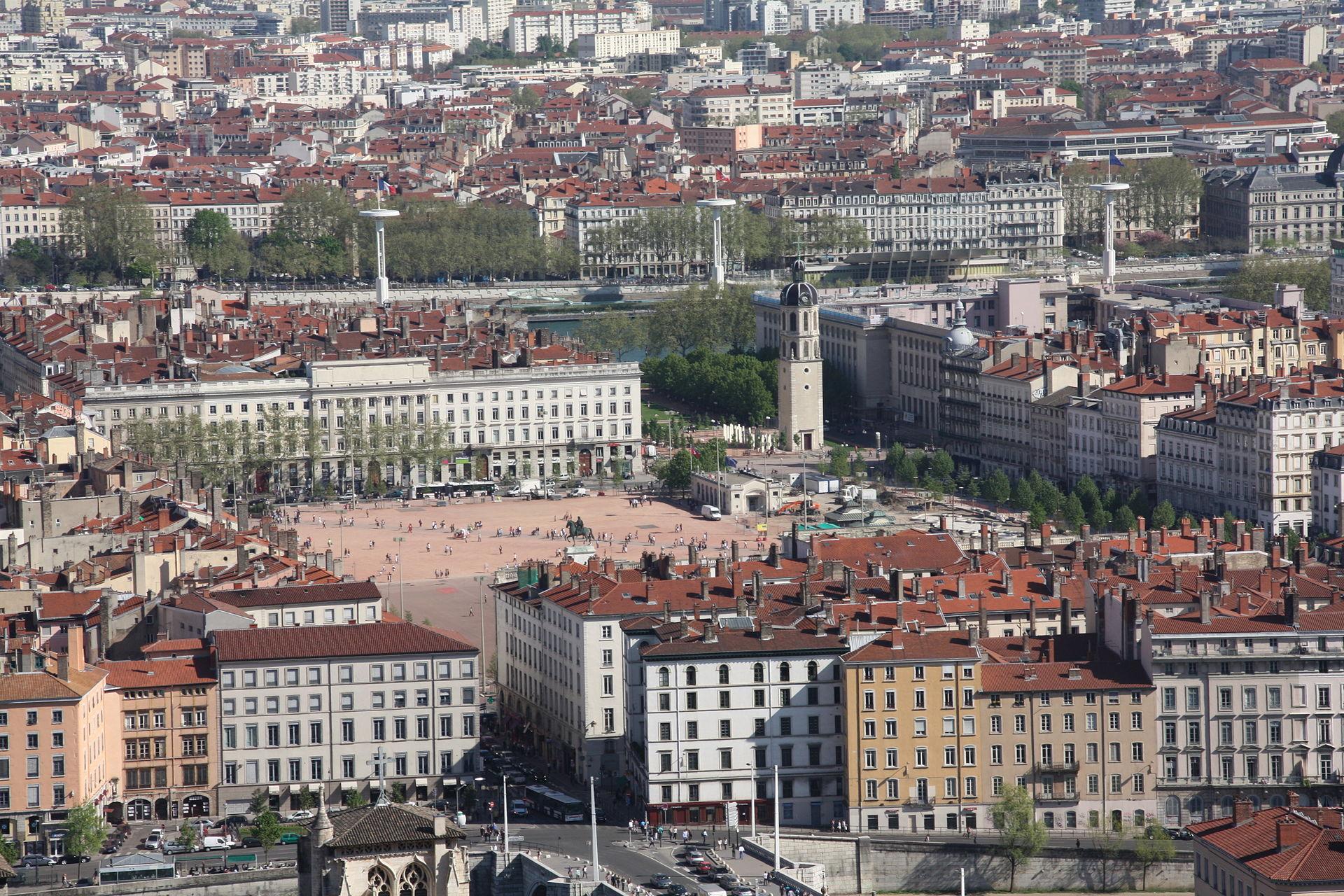 Place_Bellecour_avril_2011_depuis_l'esplanade_de_Fourvière